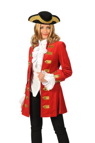 historisch damestenue rode jas, witte of zwarte broek en mooie hoed
